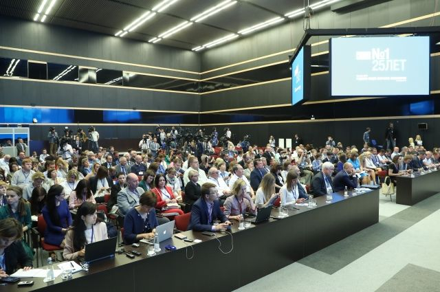 Сотни журналистов собираются ежегодно.
