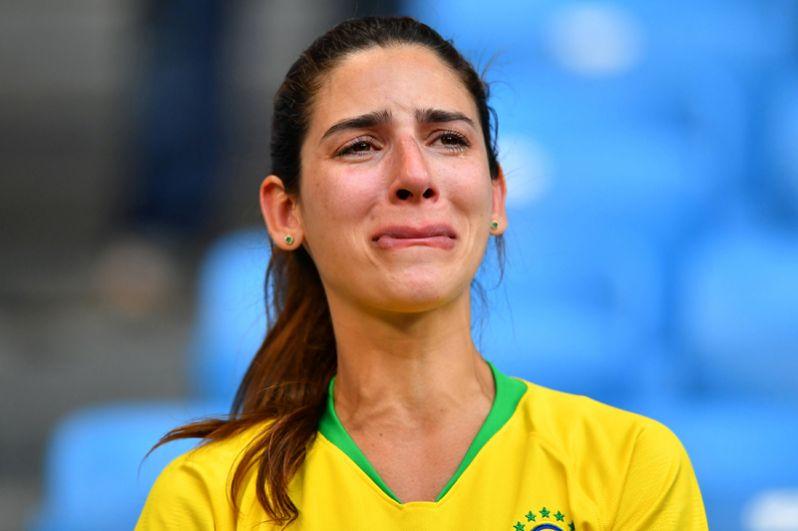 Девушка после игры сборных Мексики и Бразилии на стадионе в Самаре.