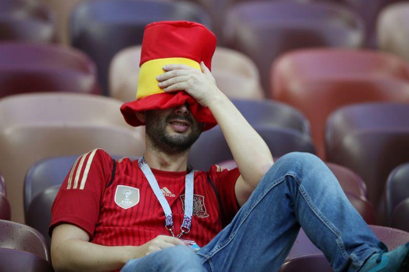 Болельщик сборной Испании после игры с Россией на стадионе «Лужники» в Москве.