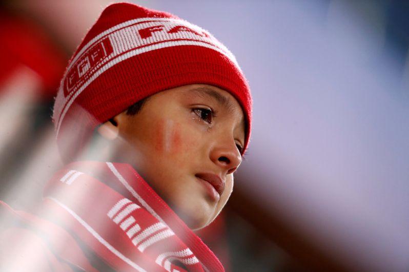 Мальчик из Перу после матча между сборными Перу и Франции на стадионе в Екатеринбурге.