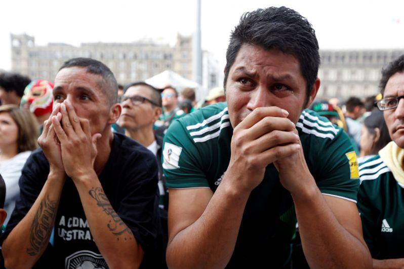Мексиканские футбольные фанаты после матча с Бразилией.