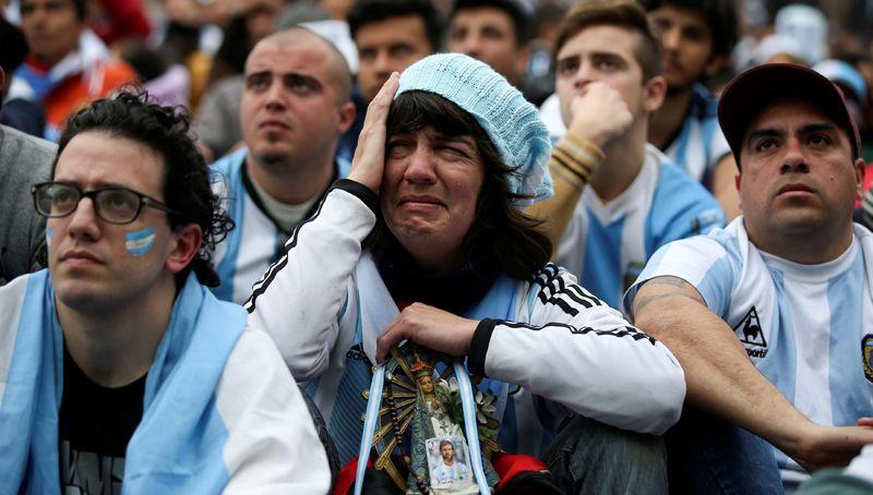 Аргентинские болельщики после матча с Францией.