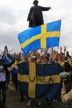 Болельщики принесли с собой флаги и плакаты.