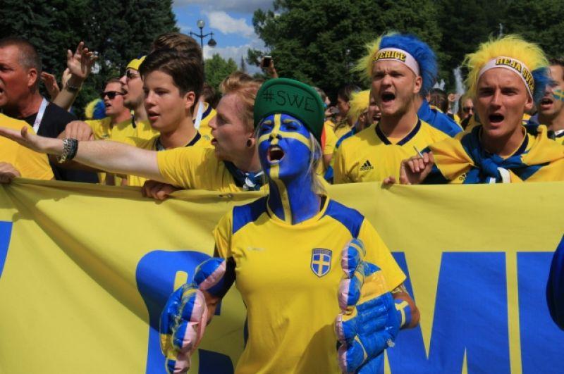 Фанаты прошли колонной к стадиону