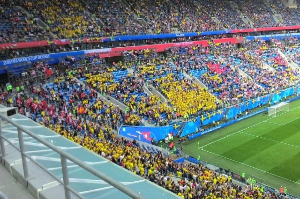 Впервые со времени первого матча ЧМ на стадионе были свободные кресла.