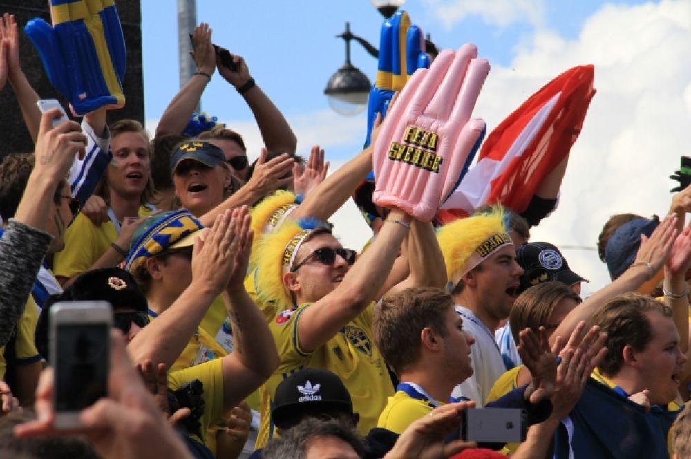 На матч приехали около 10 тысяч шведских болельщиков.