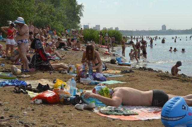В жаркую погоду на пляжах Новосибирска - сотни отдыхающих.
