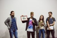 После премьеры режиссер фильма (второй слева) вручил подарки всей съемочной группе