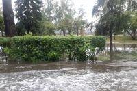 Из-за ливня 2 июля на дорогах Иркутска образовались реки.