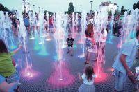 Вода, меняя цвета в такт музыке, бьёт прямо из-под земли.
