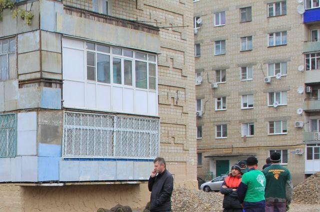 В Тюмени с многоэтажного дома по улице С. Карнацевича упал мужчина