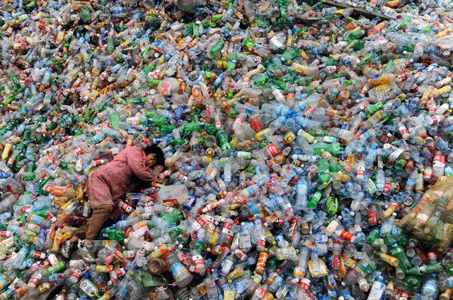 Пластика на планете столько, что земли не видно.