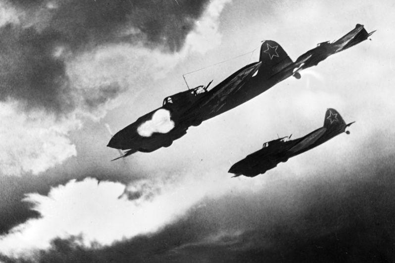 Советские летчики на самолетах ИЛ-2 атакуют колонну противника. Воронежский фронт.
