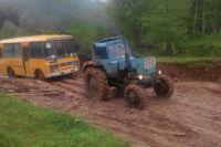 Легковушки и автобусы тонут в непролазной грязи.