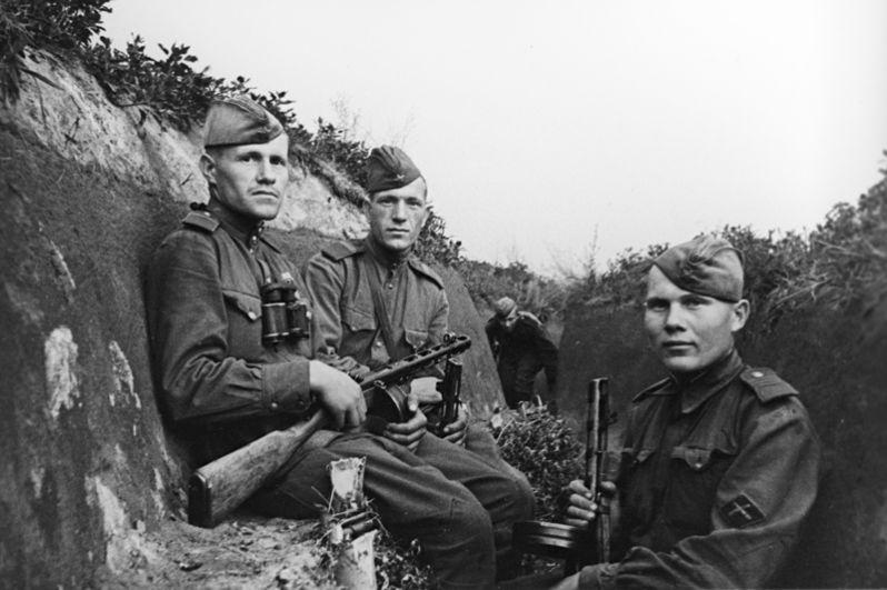 Командиры орудий мотострелковых войск (слева направо): старшие сержанты Рябилов, Пуштовалов и Чусов.