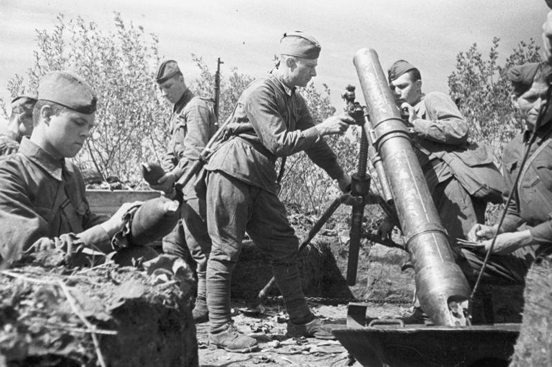 Советские артиллеристы — минометный расчет.
