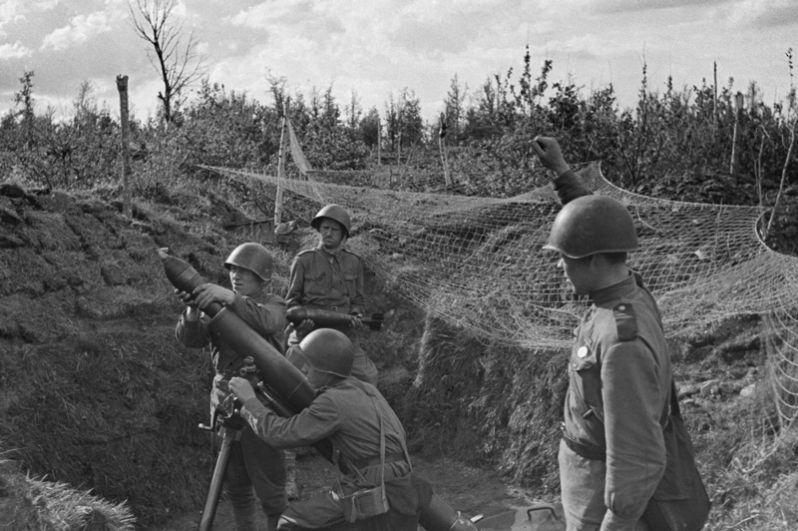 Советские минометчики ведут огонь по скоплению пехоты противника на Орловско-Курском направлении.