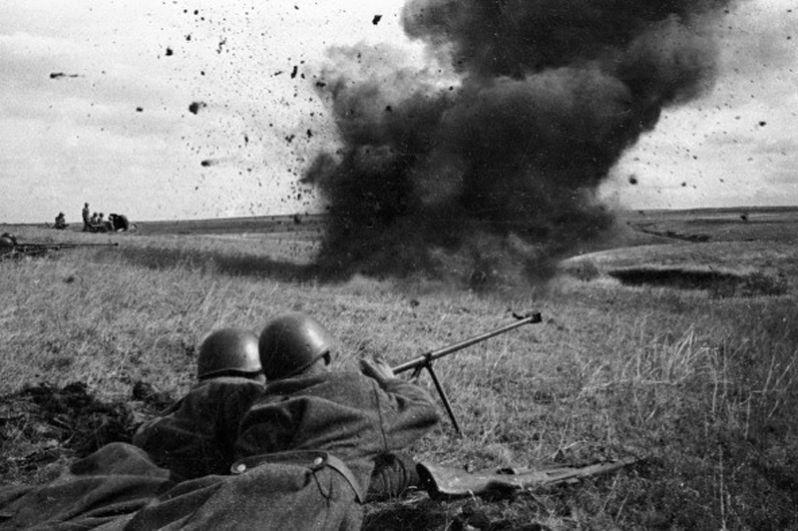 Бронебойщики ведут огонь на Курской дуге.