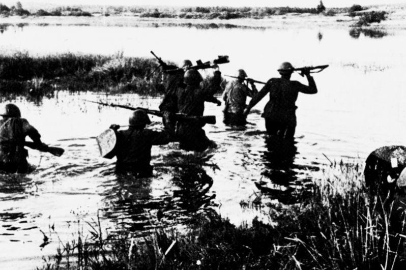 Форсирование реки Донец солдатами 7-й гвардейской армии.