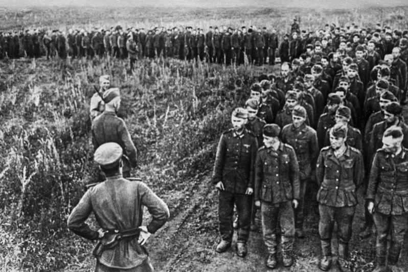 Немецкие солдаты и офицеры, взятые в плен в битве под Курском.