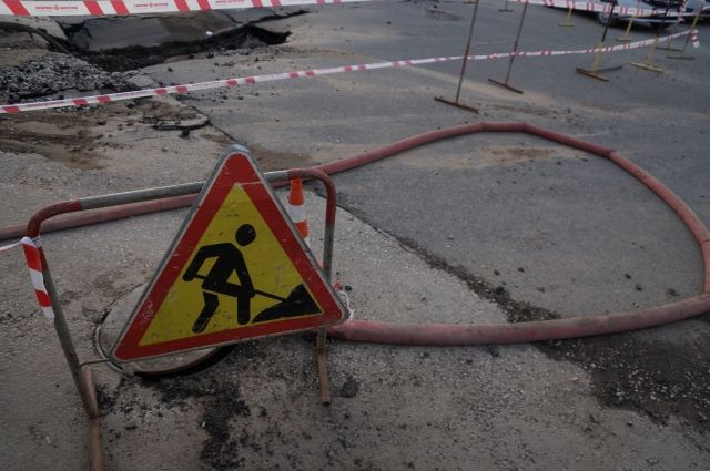 Рабочие уже привели в порядок тротуары, осталось доделать проезжую часть.