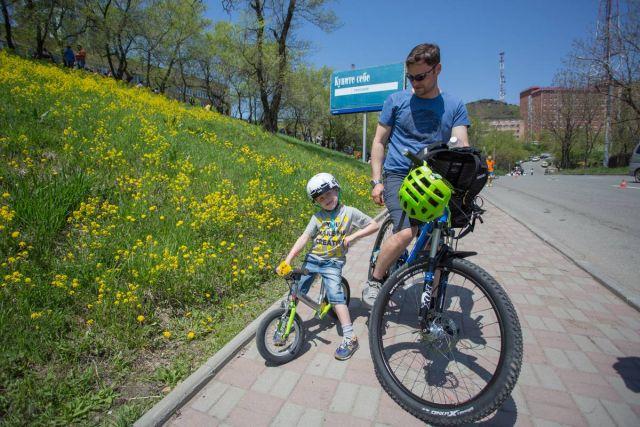 Велосипед - отличный способ прогулки папы и сына.