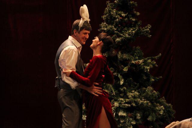 Нора появляется в гостиной у рождественской ёлки.