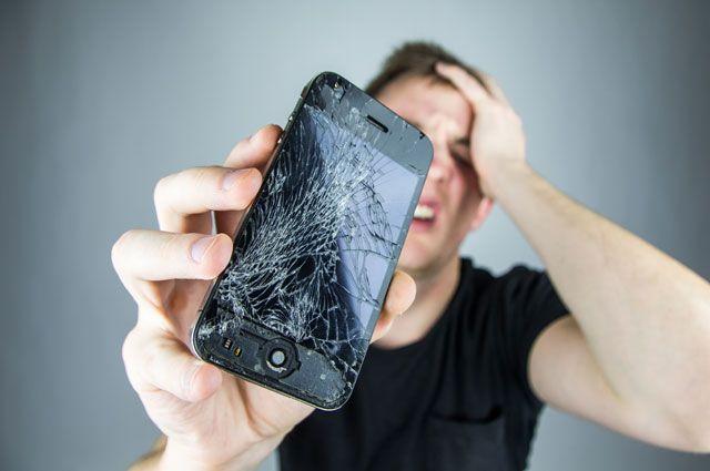 Толкнул — плати. Как выманивают деньги за «разбитые» смартфоны