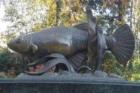 Памятник рыбке гамбузии, с помощью которой была побеждена малярия в Сочи.