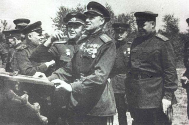 Осмотр подбитой немецкой техники после Курской битвы. Командующий Центральным фронтом Рокоссовский, командующий 16-й Воздушной армией Руденко.