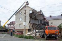 В Орске рухнул фасад трехэтажного дома.