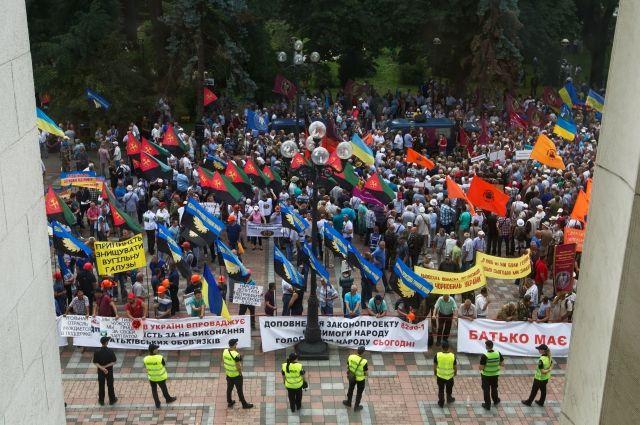 УВерховной рады протестуют несколько сотен шахтёров