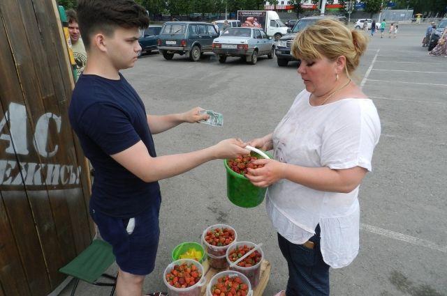 Продавец Руслан распродает последние 10 килограммов клубники на ярмарке.