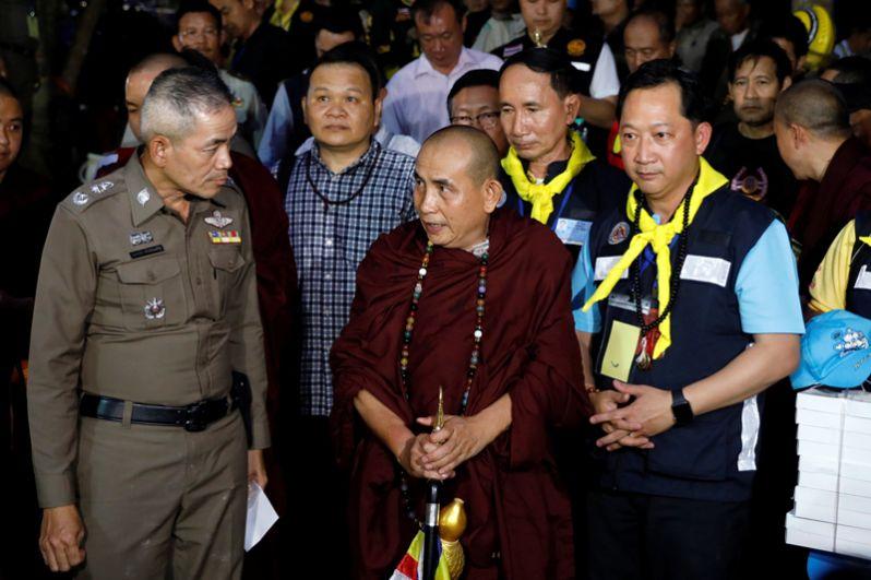 Известный буддийский монах Круба Бунхум у входа в пещеру.