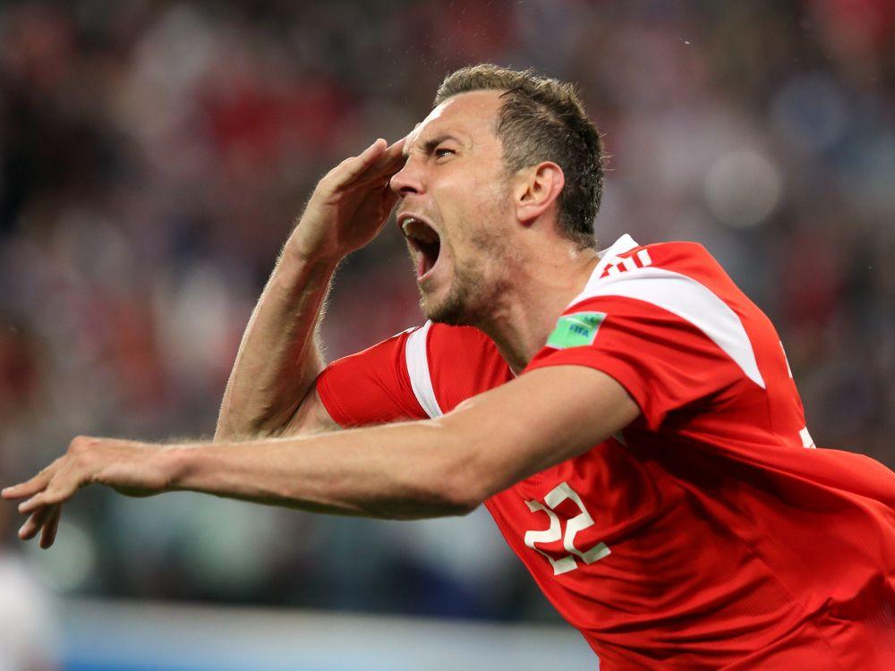 Артём Дзюба отдаёт честь. Этот жест, ставший символом успеха сборной, теперь повторяют многие российские болельщики.