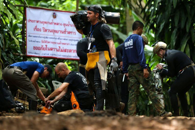 Дайверы из разных стран у пещеры Тхам Луанг, где оказались заблокированы дети.