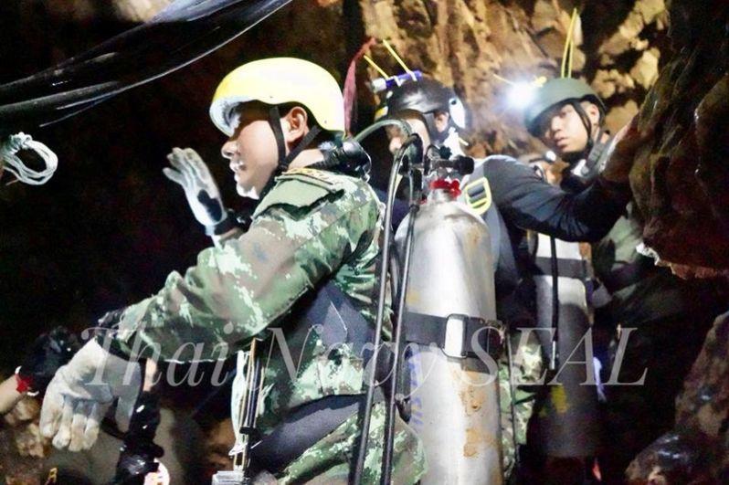 Спасатели у пещеры Тхам Луанг.