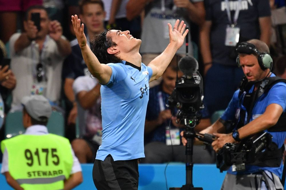 Нападающий сборной Уругвая Эдинсон Кавани после гола часто возносит руки к небу.