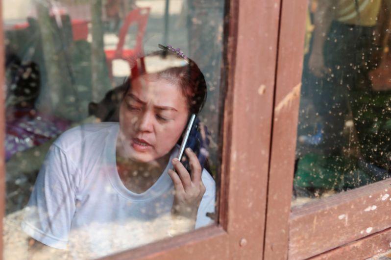 Кроме того, им пробовали обеспечить телефонную связь, чтобы дети смогли поговорить с родителями.