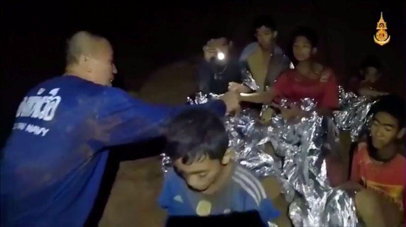 Подростков осмотрели военные врачи, которые сообщили, что все школьники здоровы и по своему физическому состоянию готовы к эвакуации на поверхность.