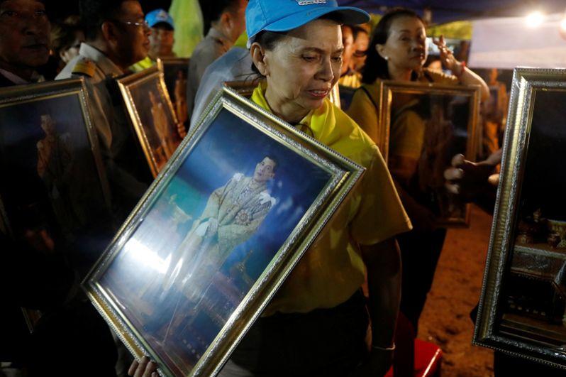 Волонтеры принесли на место происшествия портреты короля Таиланда Махи Вачиралонгкорна.
