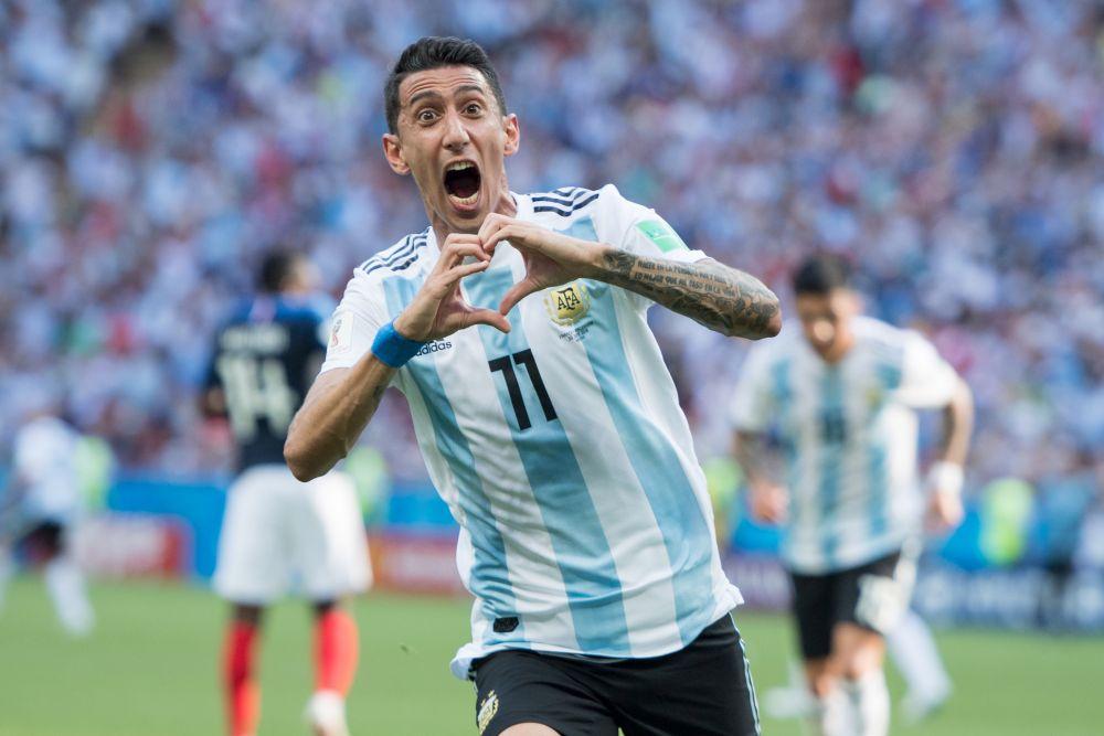 Полузащитник национальной сборной Аргентины Анхель Ди Мария много лет складывает сердце из пальцев, забивая гол. Еще он, кстати, часто кусает эмблему сборной на форме.