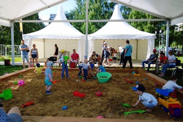 На эспланаде для детей открыта гигантская песочница.