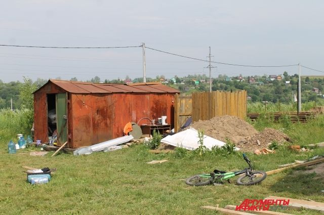 Вещи семьи хранятся в гараже. Сами Ирина, Павел и их дочери спят в небольшой палатке, обнесённой забором, защищающим от ветра