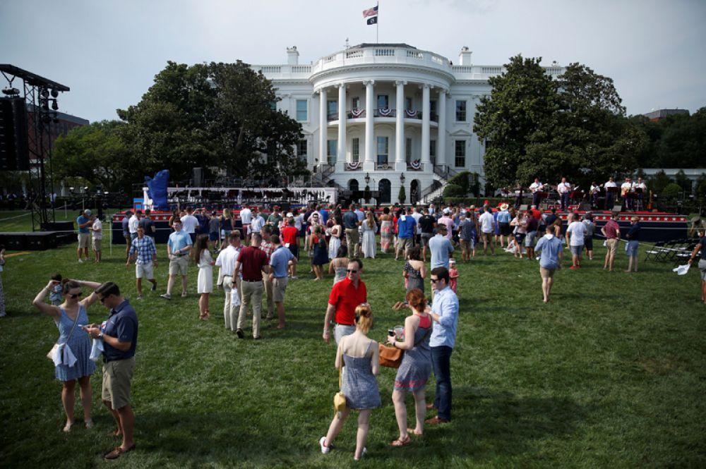 Президент США Дональд Трамп и первая леди Мелания Трамп устроили в Белом доме пикник для семей военных.
