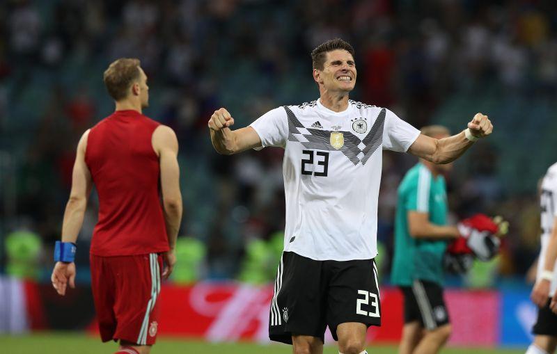 Форвард сборной Германии испанского происхождения Марио Гомес периодически после забитого мяча изображает, что держит красную тряпку перед быком.
