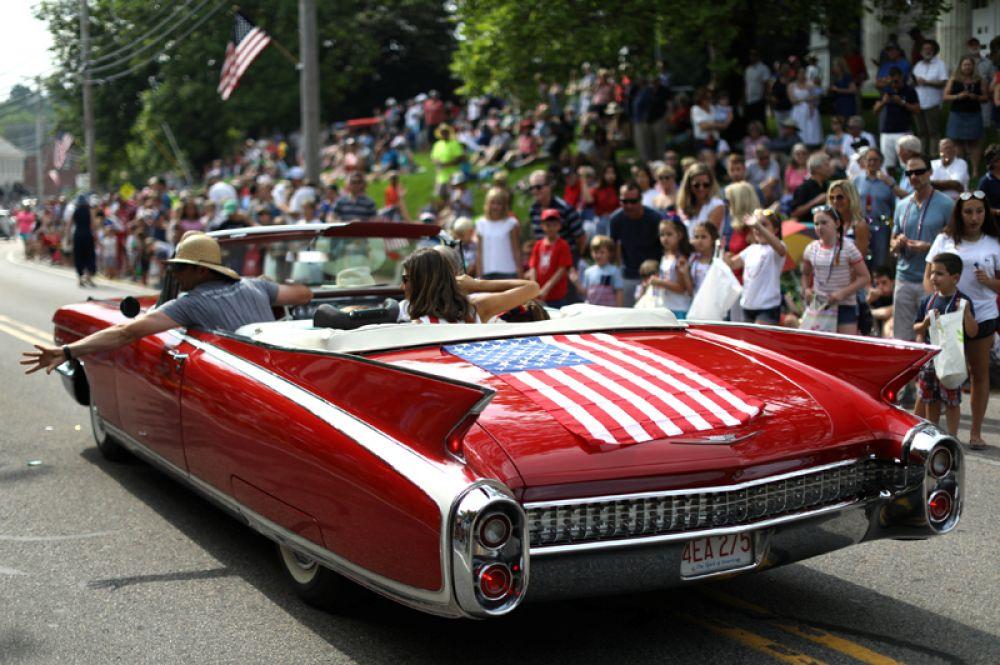 Парад ретроавтомобилей в честь дня независимости в деревне Барнстейбл на Кейп-Код, Массачусетс.