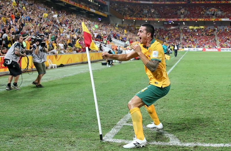 Тим Кэйхилл из Австралии после гола обычно дерется с угловым флажком. В Россию Кэйхилл приезжал, но почему-то своего фирменного празднования не показывал.