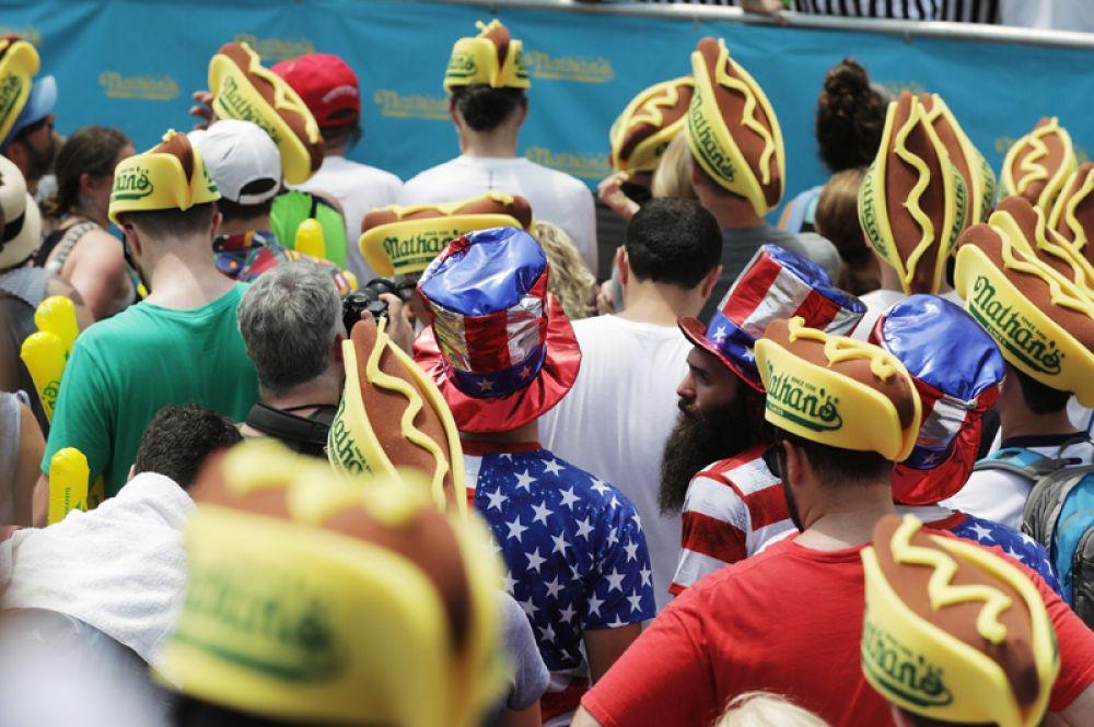 Зрители чемпионата по поеданию хот-догов.
