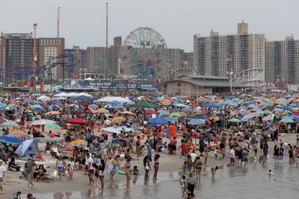 В этот день очень много желающих отпраздновать День независимости на пляже Кони Айленд в Нью-Йорке.